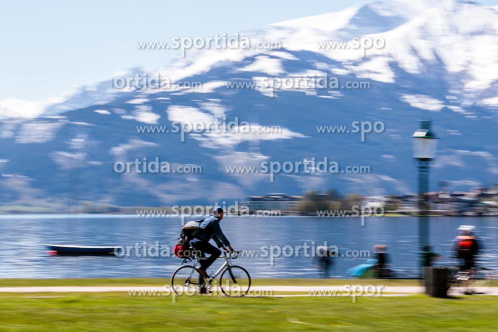 THEMENBILD - ein Freizeitsportler mit seinem Rad an der Uferpromenade des Zeller Sees, aufgenommen am 30. April 2016 in Zell am See, Oesterreich // a amateur athlete with his bike on the promenade of Lake Zell, on 2016/04/30 in Zell am See, Austria. EXPA Pictures © 2016, PhotoCredit: EXPA/ JFK