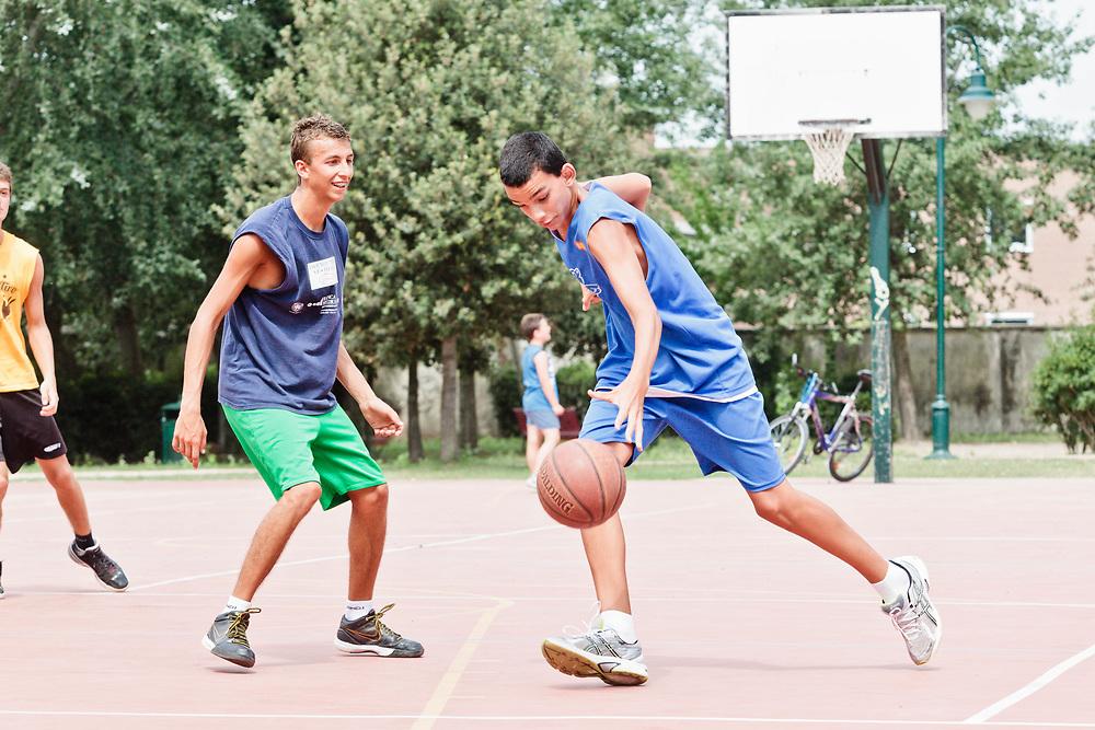 13 JUL 2011 - Lido di Venezia - Zdenko Bettio gioca a pallacanestro con gli amici