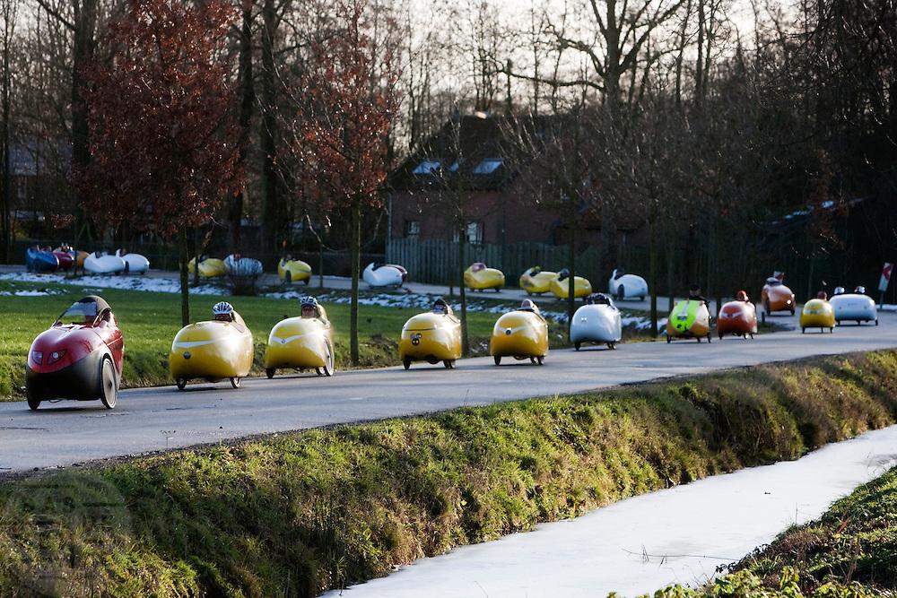 Ruim 100 velomobielen doen mee aan de jaarlijkse oliebollentocht. Ieder jaar wordt op 28 december de fietstocht gehouden en ieder jaar neemt het aantal deelnemers toe. Dit jaar werd de tocht in de omgeving Utrecht gehouden. Bij het Domplein in Utrecht gaf de wethouder het officiële startschot en werd een groepsfoto gemaakt.<br /> <br /> More than 100 so called velomobiles are riding near Haarzuilens.