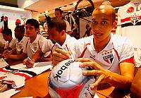 20091124: SAO PAULO, BRAZIL - Sao Paulo players sign autographs at Reebook store in Morumbi Stadium. In picture: Miranda. PHOTO: CITYFILES