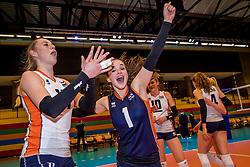 05-04-2017 NED:  CEV U18 Europees Kampioenschap vrouwen dag 4, Arnhem<br /> Nederland - Turkije 3-1 / Nederland doet zeer goede zaken en kan zich met winst op Italië zeker stellen van een halve finaleplaats - Vreugde bij Nederland Susanne Kos #1, Lisa Nobel #11