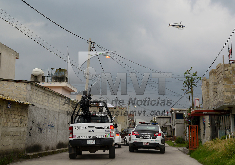 San Mateo Atenco, Méx.- Un hombre murió al ser asaltado al salir de un banco, los asaltantes se dieron a la fuga y fueron perseguidos por elementos policiacos lo que desato una balacera en Santa Elena, dejando dos personas heridas, una de ellas un delincuente. Agencia MVT / Crisanta Espinosa