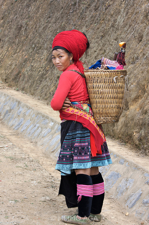 On the road from Pa Tan to Sinho. Red Dzao woman.