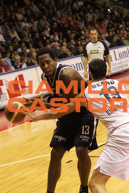 DESCRIZIONE : Reggio Emilia Lega A1 2005-06 Bipop Carire Reggio Emilia Climamio Fortitudo Bologna <br /> GIOCATORE : Watson <br /> SQUADRA : Climamio Fortitudo Bologna <br /> EVENTO : Campionato Lega A1 2005-2006 <br /> GARA : Bipop Carire Reggio Emilia Climamio Fortitudo Bologna <br /> DATA : 06/11/2005 <br /> CATEGORIA : Penetrazione <br /> SPORT : Pallacanestro <br /> AUTORE : Agenzia Ciamillo-Castoria/Fotostudio 13