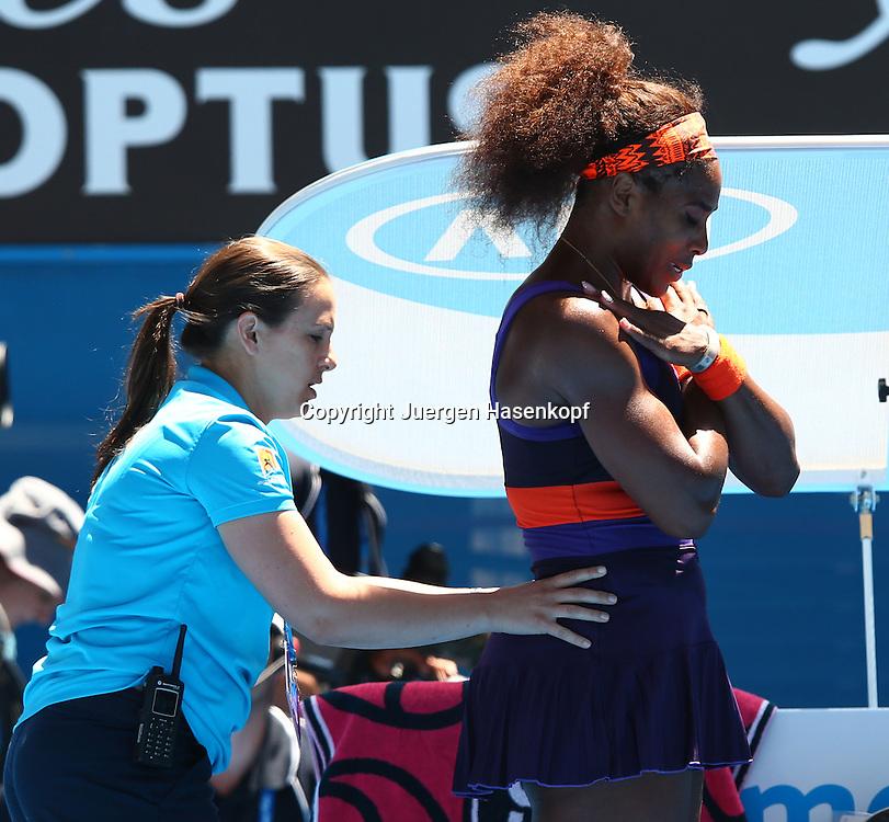 Australian Open 2013, Melbourne Park,ITF Grand Slam Tennis Tournament,.Serena Williams (USA) wird von der Physiotherapeutin am Ruecken behandelt,Halbkoerper,Querformat,