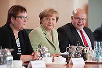 15 JUL 2015, BERLIN/GERMANY:<br /> Iris Gleicke (L), SPD, Staatssekretaerin im Bundeswirtschaftsministerium , Angela Merkel (M), CDU, Bundeskanzlerin, und Peter Altmaier (R), CDU, Kanzleramtsminister, vor Beginn der Kabinettsitzung, Bundeskanzleramt<br /> IMAGE: 20150715-01-014<br /> KEYWORDS: Kabinett, Sitzung