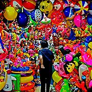 Yiwu Marked ligger få hundrede kilometer fra storbyen Shanghai i Kina, og med over 40000 små butikker regnes det som et af de største indendørs markeder i verden. Butiksejere kommer her fra nær og fjern for at finde nye produkter til sortimentet derhjemme. Med kun en million indbyggere er Yiwu en lille by efter kinesisk målestok, men ikke desto mindre har den markeret sig på det store kinesiske landkort som hovedstaden for handel og eksport, og har i de sidste seks år ligget som nummer ét på Kinas top 10 liste over markeder.