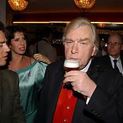Laatste voorstelling Ramses Shaffy en Liesbeth List, Antonie Kamerling, Isa Hoes en Henk van der Meyden met een biertje