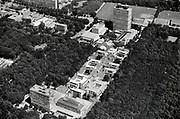 Nederland, Nijmegen, 15-9-1995De campus van de Radboud universiteit, voorheen katholieke universiteit, kun . De Thomas van Aquinostraat vanuit de lucht . Bovenin het Erasmusgebouw, ook wel het talengebouw genoemd en blikvanger van de universiteit. De Thomas van Aquinostraat, gebouwd in de zeventiger jaren, wordt in 2018 gesloopt en vervangen door nieuwbouw. Foto: Flip Franssen