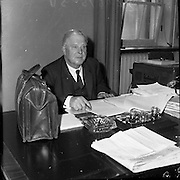 Budget Day, Minister of Finance Dr. James Ryan packs his budget into his brief case to present to the Dáil.<br /> 19.04.1961