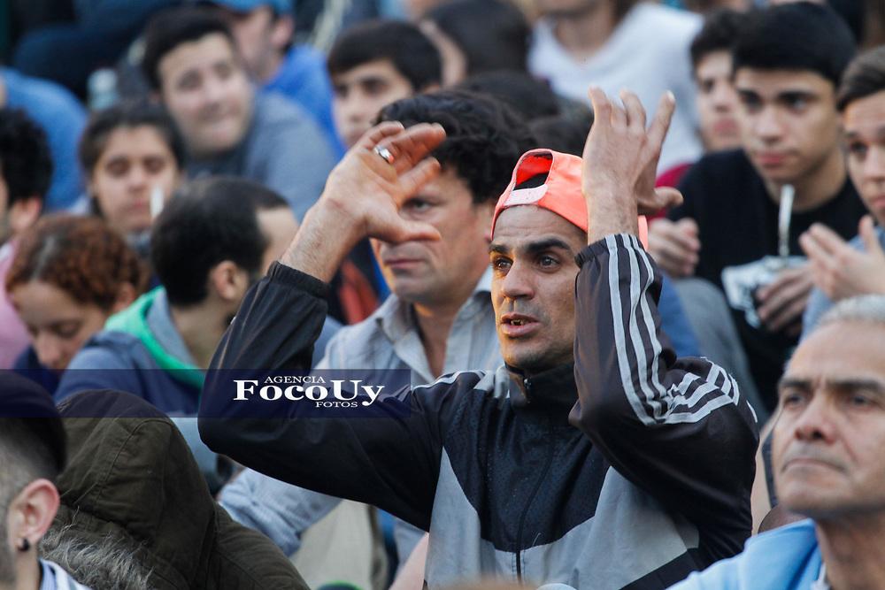 Montevideo, Uruguay.  5 de Octubre de 2017<br /> Explanada de la I.M. en el partido de Venezuela vs Uruguay por eliminatorias que se pudo mirar por la pantalla del IMPO. <br /> <br /> Foto:  Gast&oacute;n Britos / FocoUy