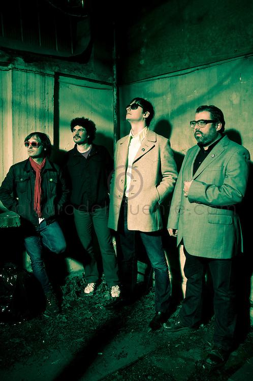 &laquo;Los Jardines Humanos&raquo; es un proyecto musical inicialmente formado en 2010 para la grabar s&oacute;lo 6 temas de un EP. <br /> Un a&ntilde;o despu&eacute;s, Mat&iacute;as Amo&ccedil;ain (voz, guitarra, composici&oacute;n), Julio Denis (bater&iacute;a), Pablo Torrej&oacute;n (contrabajo) e Iv&aacute;n &laquo;Novita&raquo; Silva (guitarras), comenzaron a presentarse en vivo y a madurar un repertorio que dar&iacute;a forma a su LP debut de 2012.<br /> <br /> Si bien &laquo;Los Jardines Humanos&raquo; -llamados as&iacute; en tributo a una frase de una canci&oacute;n de Violeta Parra- comenzaron navegando en las aguas del folk-rock, el rodaje en vivo y la natural evoluci&oacute;n musical los ha llevado a visitar playas m&aacute;s el&eacute;ctricas y directas, donde The Beatles, Johnny Cash, y Neil Young, conviven con The Pretenders, Blondie y la E.L.O. Santiago de Chile. 24-08-2012 (&copy;Alvaro de la Fuente/Triple.cl