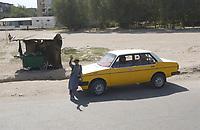 11 AUG 2003, KABUL/AFGANISTAN:<br /> Junge, entspannt an ein Taxi gelehnt, winkt den vorbeifahrenden Panzern der Bundeswehr zu, in den Strassen von Kabul<br /> IMAGE: 20030811-01-063<br /> KEYWORDS: Junge, Kind, child