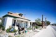 Het huis van makelaar E.E. Blake uit 1905 stond oorspronkelijk ergens anders in Goldfield. In 1919 is het naar de huidige locatie verplaatst door Peter Fellis die er een bakkerij runde. Goldfield, Nevada, is een bijna verlaten ghost town in Esmeralda County, gelegen aan de State Route 95. Tussen 1906 en 1910 was Goldfield de grootste plaats in de Amerikaanse staat Nevada met meer dan 20.000 inwoners. Momenteel leven er tussen de 200 en 300 mensen. Het plaatsje is groot geworden door de vondst van goud in 1902. Vanaf 1910 daalde het aantal inwoners snel en in 1923 is een groot deel verwoest door een brand. De overgebleven huizen zijn grotendeels verlaten, maar worden nog altijd onderhouden door de inwoners. Daarmee wordt de geschiedenis van de het plaatsje bewaard.<br /> <br /> This house of real estate broker E.E. Blake of 1905 was originally located elsewhere in Goldfield. In 1919 Peter Fellis moved it to its current location and operated a confectionary store. Goldfield, Nevada, is an almost deserted ghost town in Esmeralda County. Between 1906 and 1910, Goldfield was the largest town in the state of Nevada with more than 20,000 inhabitants. Currently, there are between 200 and 300 people. The town has grown with the discovery of gold in 1902. From 1910, the population declined rapidly, and in 1923 the town was largely destroyed by a fire. The remaining houses are largely abandoned, but are still maintained by the residents. This way the history of the town is preserved.