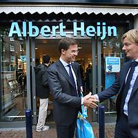Nederland, Amsterdam , 30-10-2014.<br /> Bedrijfsbezoek van minister-president Mark Rutte op uitnodiging van Ahold/Albert Heijn in Albert Heijn filiaal aan de Molukkenstraat in Amsterdam Oost.<br /> Op de foto: Minister president Mark rutte schudt na zijn bezoek aan Albert Heijn filiaal in de Molukkenstraat de hand met filiaalmanager Wouter Locher.<br /> <br /> Foto:Jean-Pierre Jans/ANPinOpdracht