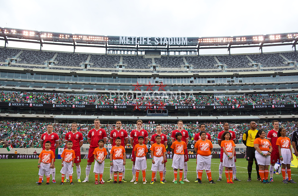 EAST RUTHERFORD, NEW JERSEY, USA - Sunday, May 27, 2012: Wales players lines-up before the International Friendly match against Mexico at the MetLife Stadium. Craig Bellamy, Adam Matthews, Steve Morison, Hal Robson-Kanu, David Edwards, Joe Allen, Chris Gunter, Neil Taylor, Ashley Williams, Joe Allen, captain Aaron Ramsey. (Pic by David Rawcliffe/Propaganda)