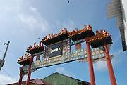 """El Barrio Chino es un icono cultural, el primer hogar en el istmo de cientos de """"culíes"""" que llegaron a mediados del s. XIX para trabajar, junto con otros grupos étnicos, en la construcción del Ferrocarril de Panamá -el primer transcontinental del mundo. Aunque las enfermedades y los accidentes de trabajo diezmaron sus números (el folklore local dice que por cada durmiente del ferrocarril hay un chino muerto), la comunidad prosperó con el comercio al detal. Para finales del s. XIX, el sector conocido como """"Salsipuedes"""" (también situado dentro del Barrio Chino), estaba habitado en su mayoría por familias chinas de clase media..La cultura china es fuerte en Panamá, y representa aproximadamente el 6% de la población. Prácticamente no hay comunidad en el país sin su tienda o restaurante chino. Los miembros de esta pujante comunidad sirven al país en todas las carreras y profesiones©Rafael Guillen / Istmophoto.com"""
