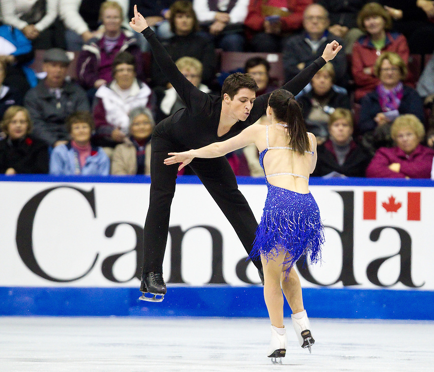 GJR368 -20111028- Mississauga, Ontario,Canada-  Tessa Virtue  and  Scott Moir of Canada skate their short program at Skate Canada International, in Mississauga Ontario, October 28, 2011.<br /> AFP PHOTO/Geoff Robins