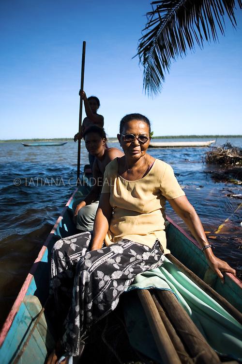 Grupo de mulheres sobe nas jangadas que cruzam o rio Real, divisor dos estados de Sergipe e Bahia..