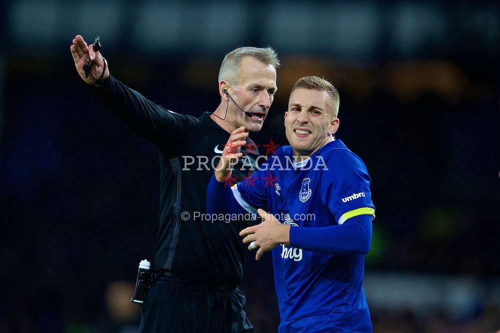 LIVERPOOL, ENGLAND - Saturday, January 7, 2017: Everton's Gerard Deulofeu looks dejected as referee Martin Atkinson giver a free-kick to Leicester City during the FA Cup 3rd Round match at Goodison Park. (Pic by David Rawcliffe/Propaganda)