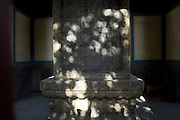 Cette stèle érigée par Qianlong en 1792 décrit l'histoire de la fondation monastère dans les quatre langues des peuples bouddhistes du XVIIIeme siècle: Chinois, Tibétains, Mandchous et Mongols.