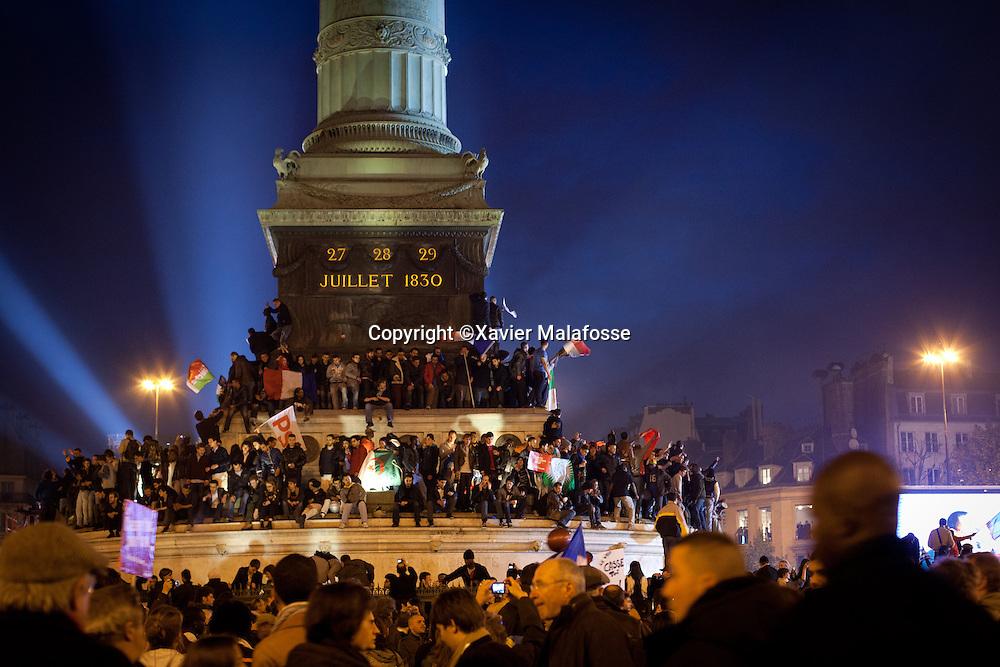 Place de la Bastille, l'ambiance est survoltee. Traverser la place parait impossible. Les sourires dominent et la clameur est partout.
