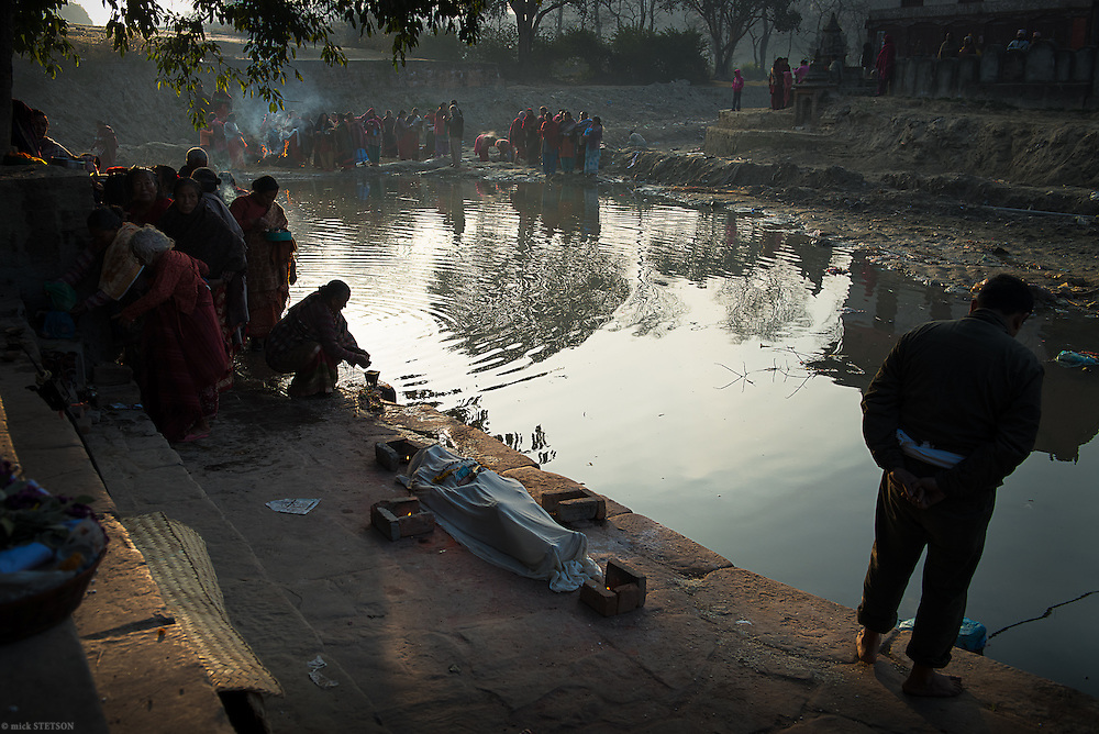 — The Hindu scriptures mandate that when the physical body dies, it be cremated; it is the last rite of 16 life rituals. After the crowds disperse, the son and other family members will carry the body to the cremation ghat across the river. According to custom, the son will light the funeral pyre.