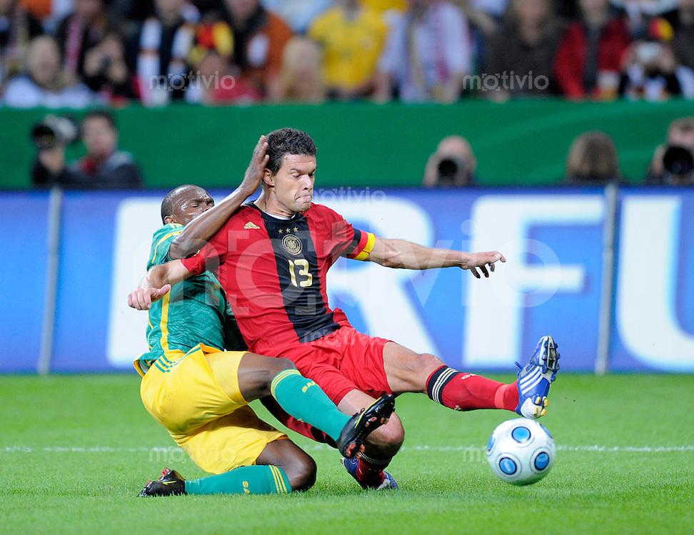 Fussball   International    Freundschaftsspiel   Deutschland - Suedafrika      05.09.09 Michael BALLACK (vorne, GER) im Zweikampf mit Siboniso GAXA (hinten, RSA) und gibt den Pass zum 1-0.