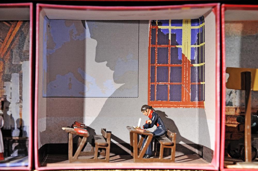 19 avril 2017: En Anjou, l'entreprise CBG Mignot dirigé par monsieur Pemzec réalise des figurines de plomb peintent à la main. Une des boites présentant les grandes étapes de la vie de Napoléon. Ici une boite s'inspirant du dessin de Job représentant le jeune Bonaparte à l'école de Brienne. Son ombre se projete sur une carte de l'europe. LA BREILLE LES PINS (49), FRANCE.