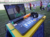 Fussball Frauen FIFA U 20  Weltmeisterschaft 2008     20.11.2008 Mexiko -  Norwegen FEATURE, Anzeigentafen fuer die Auswechslungen und Schiedsrichterassistenten -Fahne
