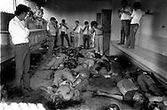 Periodistas observan los restos de trabajadores de la Federación Nacional de Trabajadores FENASTRAS que fueron asesinados por una bomba colocada en las oficinas central en San Salvador, octubre 1989.(IL Photo).