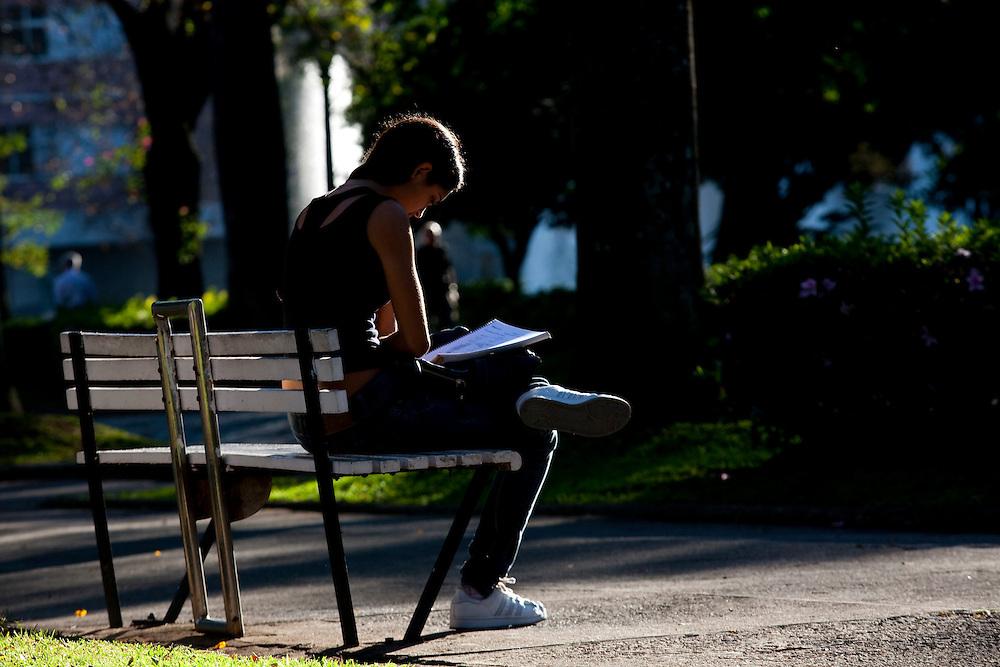 Belo Horizonte_MG, Brasil...Mulher lendo na Praca da Liberdade...A woman reading in Liberdade Square...Foto: BRUNO MAGALHAES / NITRO