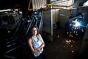 Sete Lagoas_MG, 18 de fevereiro de 2011. .PEGN / Mulheres Empreendedoras..Documentacao do Projeto 10.000 Mulheres do Banco Goldman Sachs teve inicio em 2008 e preve, em 5 anos, investir U$ 100 milhoes na formacao de mulheres empreendedoras de paises em desenvolvimento. No Brasil, a Fundacao Dom Cabral e a responsavel pelo projeto e, 500 mulheres, donas de micro e pequenos negocios foram escolhidas para o programa de gestao empresarial e estruturacao de um plano de negocios. A documentacao fotografica e feita com 5 mulheres que participa do curso em Belo Horizonte...Na foto, Rosani Aparecida de Souza Lopes, da empresa Bufalo Ferramentas Ltda...Contato:..Rosani.(31) 8611 0564.rosanibufalo@yahoo.com.br ..Foto: NIDIN SANCHES / NITRO