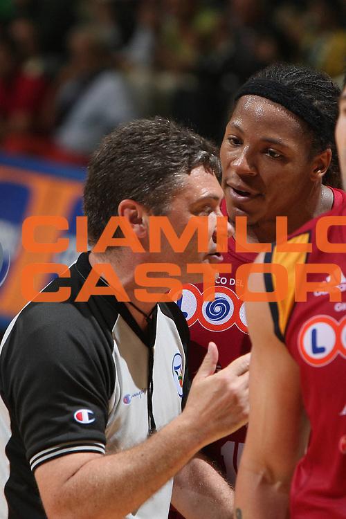 DESCRIZIONE : Siena Lega A1 2007-08 Playoff Finale Gara 2 Montepaschi Siena Lottomatica Virtus Roma <br /> GIOCATORE : Arbitro David Hawkins<br /> SQUADRA : Lottomatica Virtus Roma<br /> EVENTO : Campionato Lega A1 2007-2008 <br /> GARA : Montepaschi Siena Lottomatica Virtus Roma <br /> DATA : 05/06/2008 <br /> CATEGORIA : Ritratto Delusione<br /> SPORT : Pallacanestro <br /> AUTORE : Agenzia Ciamillo-Castoria/G.Ciamillo