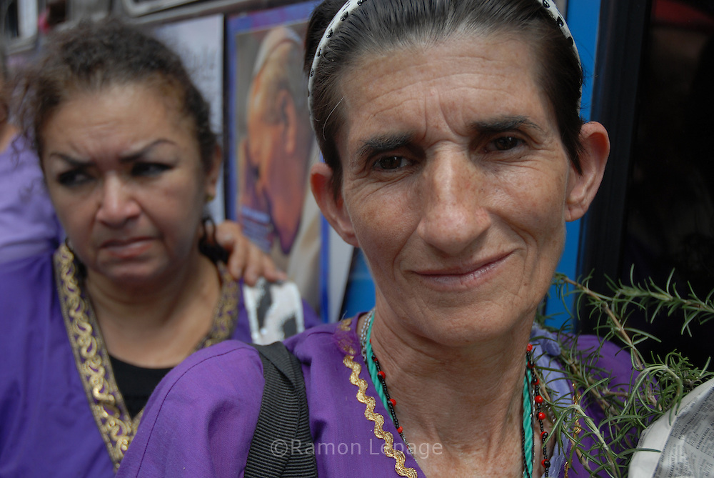 El Miércoles Santo, cientos de creyentes venezolanos vestidos de morado asisten a la Basílica de Santa Teresa de Caracas para venerar  y pagar sus promesas al Nazareno de San Pablo. Esta tradición de Semana Santa data del siglo XVI, en agradecimiento a San Pablo El Ermitaño por detener la epidemia de viruela que azotaba a la ciudad.   (Ramón Lepage / Orinoquiaphoto) On the Easter Wednesday, hundreds of Venezuelan believers, dressed purple,  go to  Basilica de Santa Teresa of Caracas to venerate and to pay their promises to the  San Paul's Nazarene. This Easter Week's tradition dates back of the XVIth century, in gratefulness to San Paul The Hermit for stopping the smallpox's epidemic  that it was flogging to the city.  (Ramón Lepage / Orinoquiaphoto)