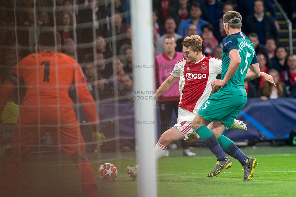 08-05-2019 NED: Semi Final Champions League AFC Ajax - Tottenham Hotspur, Amsterdam<br /> After a dramatic ending, Ajax has not been able to reach the final of the Champions League. In the final second Tottenham Hotspur scored 3-2 / Matthijs de Ligt #4 of Ajax, Jan Vertonghen #5 of Tottenham Hotspur