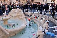 Roma 19 Febbraio 2015<br /> Hooligan olandesi  in Piazza di Spagna , dove si sono riuniti circa 500 tifosi olandesi del Feyenoord, in vista della partita che si svolger&agrave; stasera allo stadio Olimpico contro la Roma.<br /> La fontana di piazza di Spagna piena di bottiglie lanciate dai tifosi olandesi <br /> Rome February 19, 2015<br /> Dutch hooligan in Piazza di Spagna, where gathered about 500 Dutch fans of Feyenoord, in view of the match that will take place tonight at the Olympic Stadium against Roma.The fountain in Piazza di Spagna full of bottles thrown by Dutch fans