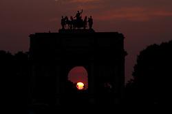 29.04.2011, Paris, Frankreich, FRA, Feature, Pariser Impression, im Bild Sonnenuntergang am Arc de Triomphe de Carousel , EXPA Pictures © 2011, PhotoCredit: EXPA/ nph/  Straubmeier       ****** out of GER / SWE / CRO  / BEL ******