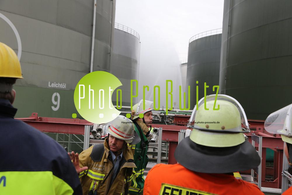 Mannheim. 12.10.13  Gro&szlig;kraftwerk. GKM. &Uuml;bung der Feuerwehr Mannheim, der Werksfeuerwehr des GKM und der BASF Feuerwehr, die den Turbol&ouml;scher im Einsatz hat.<br /> Angenommen wird das Szenario eines brennenden 8 Hektolitertanks mit &Ouml;l<br /> <br /> Bild: Markus Pro&szlig;witz 12OCT13 / masterpress / images4.de