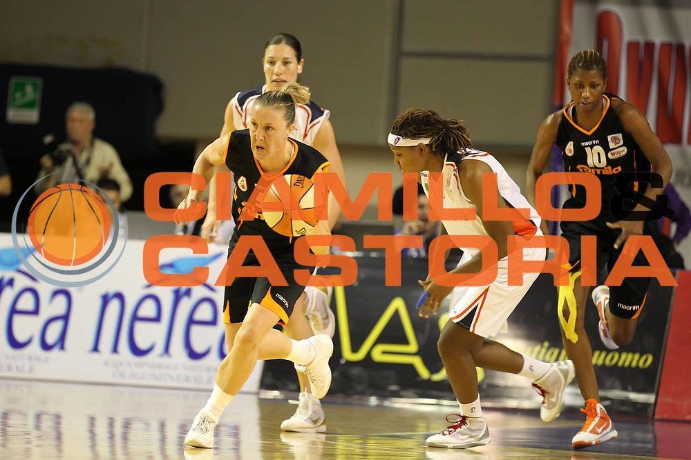 DESCRIZIONE : Taranto Lega A1 Femminile 2009-10 Play Off Finale Gara 5<br /> Cras Basket Taranto Famila Wuber Schio<br /> GIOCATORE : Elisabetta Moro<br /> SQUADRA : Famila Wuber Schio<br /> EVENTO : Campionato Lega A1 Femminile 2009-2010<br /> GARA : Cras Basket Taranto Famila Wuber Schio<br /> DATA : 16/05/2010<br /> CATEGORIA : palleggio<br /> SPORT : Pallacanestro<br /> AUTORE : Agenzia Ciamillo-Castoria/ElioCastoria<br /> Galleria : Lega Basket Femminile 2009-2010<br /> Fotonotizia : Taranto Campionato Italiano Femminile Lega A1 2009-2010 Play Off Finale Gara 5 Cras Basket Taranto Famila Wuber Schio<br /> Predefinita :