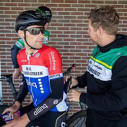 Trainingen WV de Ijsselstreek<br />Nederlands Kampioen tijdrijden Marien Bogerd (Ermelo) in gesprek met teammanager Mark Zonnebelt