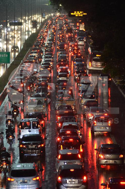 SÃO PAULO, SP, 08.09.2015 – TRÂNSITO-SP: Trânsito na Av. 23 de Maio, próximo ao Parque do Ibirapuera, zona sul de São Paulo na tarde desta terça feira. (Foto: Levi Bianco/Brazil Photo Press).