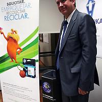 Toluca, Mexico.- Lauren Provost, Vicepresidente y Director General del grupo de imagen de impresión de HP Mexico entrego un reconocimiento por la colaboración permanente de la Secretaria de Desarrollo Economico en el programa de recoleccion de suministros de impresión. Agencia MVT / Jose Hernandez.  (DIGITAL)