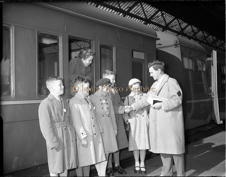 08/04/1959<br /> 04/08/1959<br /> 08 April 1959<br /> Scholarship winners leave for the Gaeltacht from Westland Row Station (Pearse Station), Dublin. Special for Gael Linn.