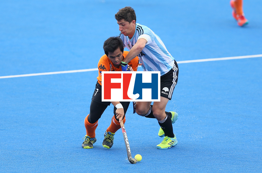 LONDON, ENGLAND - JUNE 24: Fitri Saari of Malaysia and Ignacio Ortiz of Argentina battle for possession  during the semi-final match between Argentina and Malaysia on day eight of the Hero Hockey World League Semi-Final at Lee Valley Hockey and Tennis Centre on June 24, 2017 in London, England. (Photo by Steve Bardens/Getty Images)