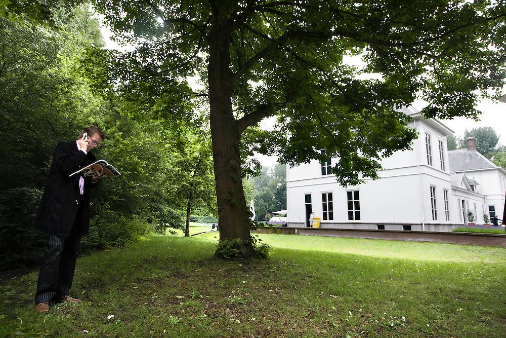 Nederland. Den Haag, 14 juni 2007. <br /> Journalisten lezen het beeidsprogramma voor aanvang van de persconferentie.<br /> Het kabinet presenteert het Beleidsprogramma bij het Catshuis in Den Haag. In het Beleidsprogramma worden de ambities uit het Coalitieakkoord van CDA, PvdA en ChristenUnie concreet uitgewerkt. Daarbij is ook gebruik gemaakt van de ideeen die de bewindslieden de afgelopen maanden hebben opgedaan tijdens de dialoog &ldquo;Samen werken aan Nederland&rdquo;. vlnr Andre Rouvoet ,Jan Peter Balkenende en Wouter Bos verlaten het Catshuis en lopen naar de tent om de persconferentie te houden.<br /> Foto Martijn Beekman <br /> NIET VOOR TROUW, AD, TELEGRAAF, NRC EN HET PAROOL