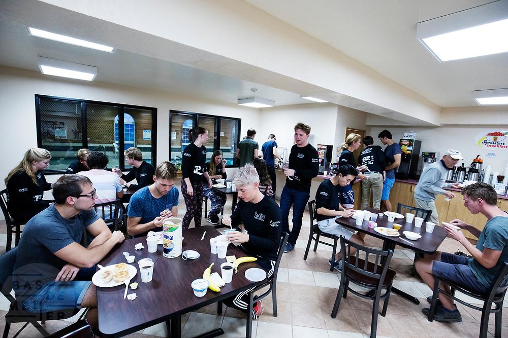 Al vroeg in de ochtend zit het team aan het ontbijt. Het Human Power Team Delft en Amsterdam (HPT), dat bestaat uit studenten van de TU Delft en de VU Amsterdam, is in Amerika om te proberen het record snelfietsen te verbreken. In Battle Mountain (Nevada) wordt ieder jaar de World Human Powered Speed Challenge gehouden. Tijdens deze wedstrijd wordt geprobeerd zo hard mogelijk te fietsen op pure menskracht. Het huidige record staat sinds 2015 op naam van de Canadees Todd Reichert die 139,45 km/h reed. De deelnemers bestaan zowel uit teams van universiteiten als uit hobbyisten. Met de gestroomlijnde fietsen willen ze laten zien wat mogelijk is met menskracht. De speciale ligfietsen kunnen gezien worden als de Formule 1 van het fietsen. De kennis die wordt opgedaan wordt ook gebruikt om duurzaam vervoer verder te ontwikkelen.<br /> <br /> The Human Power Team Delft and Amsterdam, a team by students of the TU Delft and the VU Amsterdam, is in America to set a new world record speed cycling.In Battle Mountain (Nevada) each year the World Human Powered Speed Challenge is held. During this race they try to ride on pure manpower as hard as possible. Since 2015 the Canadian Todd Reichert is record holder with a speed of 136,45 km/h. The participants consist of both teams from universities and from hobbyists. With the sleek bikes they want to show what is possible with human power. The special recumbent bicycles can be seen as the Formula 1 of the bicycle. The knowledge gained is also used to develop sustainable transport.