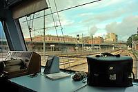 Le Ferrovie del Sud Est nascono in Puglia, nell'ottobre del 1931. A questà nuova società veniva dato in concessione l'insieme delle reti ferroviarie precedentemente gestite da diversi organismi (Società per le Ferrovie Salentine, Società per le Ferrovie Sussidiate, Ferrovie dello Stato)..Le aree pugliesi attraversate dalla società ferroviaria sono l'area barese, la fascia Taranto-Brindisi e l'area leccese-salentina, collegando fra loro i capoluoghi di Bari, Taranto e Lecce, nonché oltre 130 comuni delle province meridionali..Il reportage fotografico sulle Ferrovie Sud Est intende testimoniare l'evoluzione tecnologica che, durante gli anni, ha modificato e migliorato il servizio ferroviario e la convivenza del progresso con tracce del passato, attraverso un viaggio tra le stazioni e i depositi..Cabina di guida macchinista.