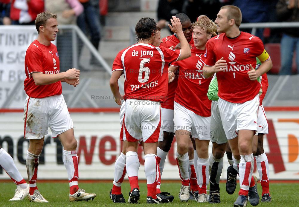 22-10-2006 VOETBAL: UTRECHT - DEN HAAG: UTRECHT<br /> FC Utrecht wint in eigenhuis met 2-0 van FC Den Haag / Rick Kruys scoort de 1-0 en wordt bejubeld door Michel Vorm, jean Paul de Jong en Tom Caluwe<br /> ©2006-WWW.FOTOHOOGENDOORN.NL