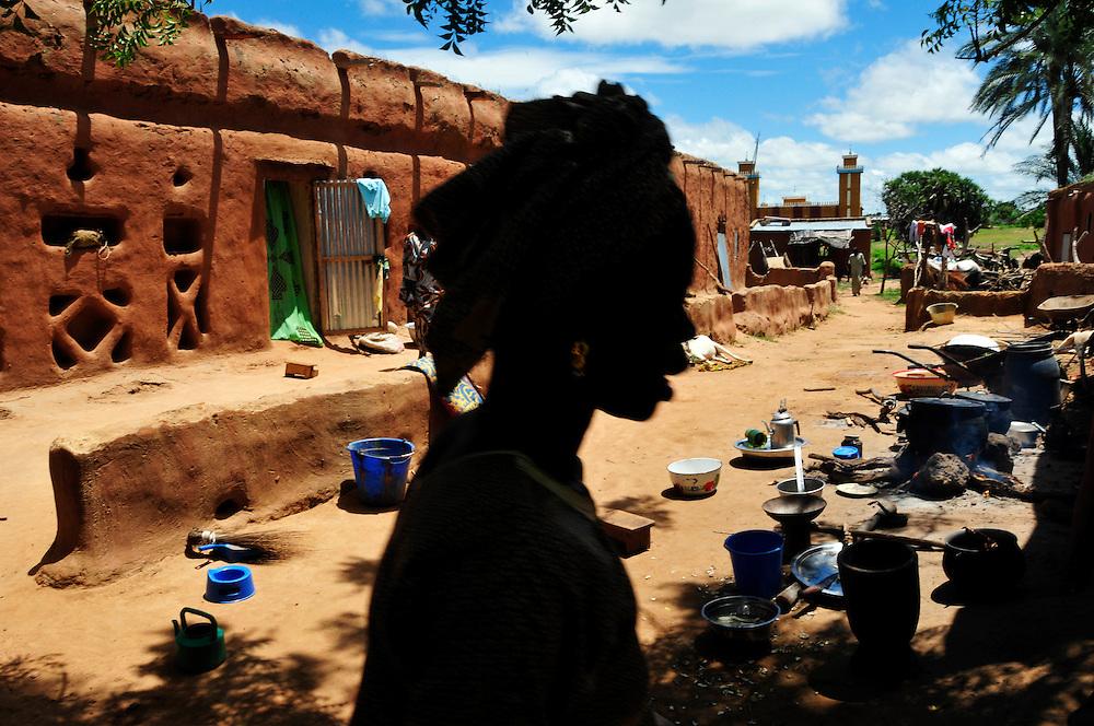 Une femme d'un village dans une cour familiale typiquement Solinke..Moussala, Mali. 11/09/2010..Photo © J.B. Russell